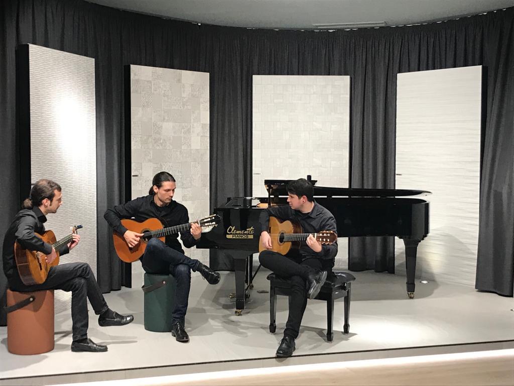 Concierto en Porcelanosa Grupo. Hoy guitarra y piano.